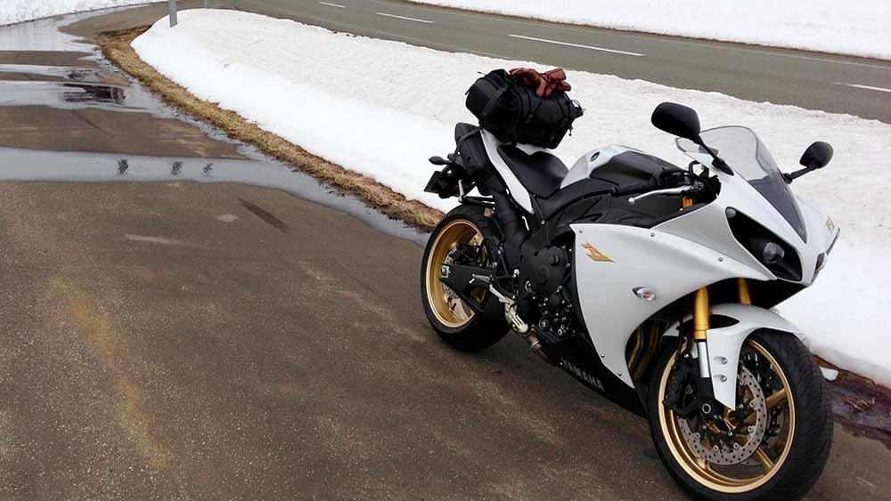 YZF-R1と雪景色