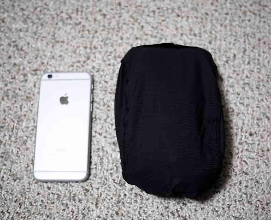 スワローテイルフーディー収納時の大きさ(隣はiPhone 6)